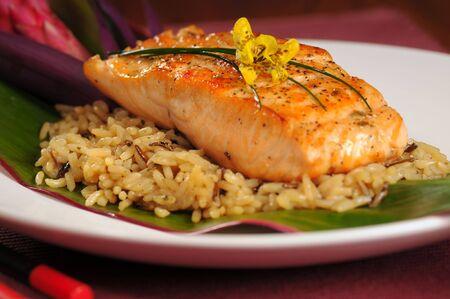 Filet de saumon grillé garni de riz style hawaïen Banque d'images - 4024049
