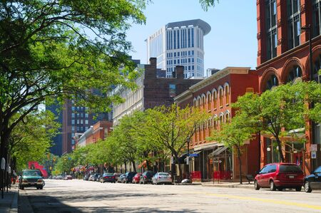 A street in downtown Cleveland Ohio's trendy Warehouse District, with the Justice Center rising behind Stockfoto