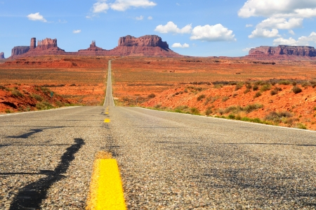 Road level view of Utah state route 163 leading south to Monument Valley Foto de archivo