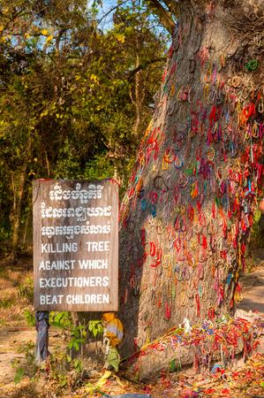 プノンペン, カンボジア - 2014 年 2 月 28 日: 子供を殺すために使用された木はセンターでは、Choeung Ek 大量虐殺殺害フィールドとしてよく知られてい 報道画像
