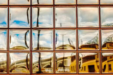 Ein Glas-Block-Fenster Reflexion Bietet Eine Golden-getönten Blick ...