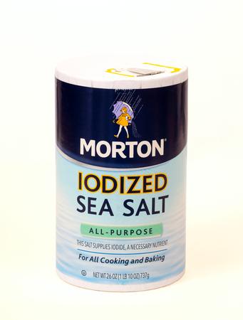 트윈스 버그, 오하이오, 미국 -2007 년 2 월 7 일 : 모 튼 요르단 바다 소금 패키지 화이트. 최근에 모튼 (Morton) 라인에 추가 된이 제품은 바다 소금의 인기
