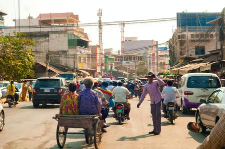 PHNOM PENH CAMBODJA 28 FEBRUARI 2014: Overbelaste verkeer van alle soorten maakt langzame vooruitgang langs Nationale Weg 1 in de zuidoostensectie van de Cambodjaanse hoofdstad.