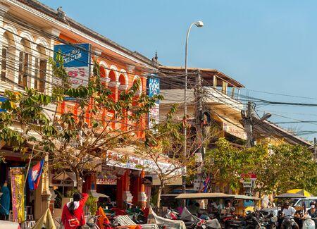Siem Reagan Cambodja 17 februari 2014: Motoren tuk tuks toeristische winkels en elektrische leidingen verstoppen een straat in deze gateway stad naar de werelderfgoed site van Angkor Wat. Redactioneel