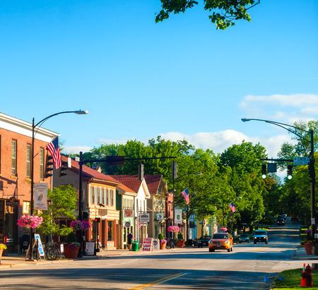 HUDSON OH 2014년 6월 14일 : 허드슨의 메인 스트리트가 다시 더 NE 오하이오 마을에 고유 한 매력을주는 세기보다 이동 기이 한 상점과 기업이 줄 지어있다.