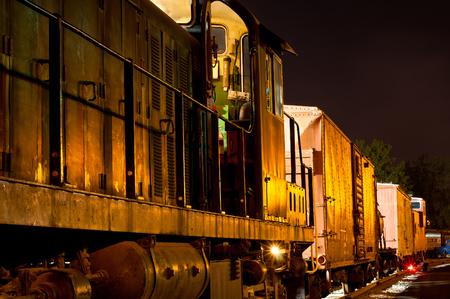 오래 된화물 열차 황금 빛을 황혼에 반영