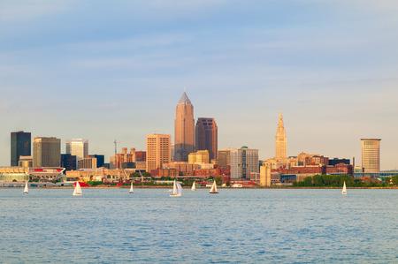 Cleveland, Ohio, près de coucher de soleil, vu de l'extérieur sur le lac Érié Banque d'images - 43770601