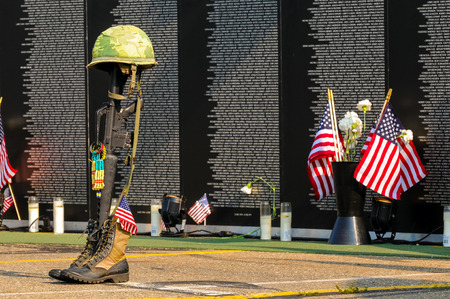 TWINSBURG, OH, USA - 4 juillet 2015: Un hommage soldat tombé debout devant les panneaux d'une réplique du Vietnam Mémorial du mur, en tournée avec le coût de la liberté hommage, une exposition sur la base des anciens combattants-voyage Banque d'images - 46767875