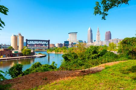 Vue du centre-ville de Cleveland, Ohio, et la rivière Cuyahoga d'un parc sur la rive ouest de la rivière Banque d'images - 48678297