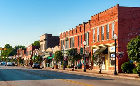 BEDFORD, OH - 25 de julio, 2015: La calle principal de este pequeño suburbio de Cleveland cuenta con muchos edificios antiguos más de un siglo de antigüedad.
