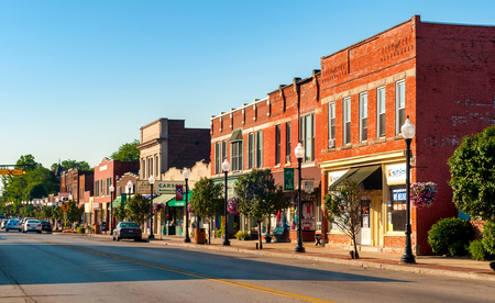 BEDFORD, OH - 25 juillet 2015: La rue principale de cette petite banlieue de Cleveland propose de nombreux anciens bâtiments de plus d'un siècle. Banque d'images - 55986421
