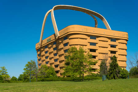 NEWARK, OH - MAY 15, 2017: The world's largest picnic basket was once the headquarters of the Longaberger Company. It stands 7 stories tall and is twice as long as a football field at the top. It has been empty since 2016. Редакционное