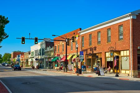 HUDSON, OH - 28 LUGLIO 2018: I caffè, i negozi e le attività di Main St. prendono vita un sabato mattina in questo affascinante villaggio del nord-est dell'Ohio. Editoriali