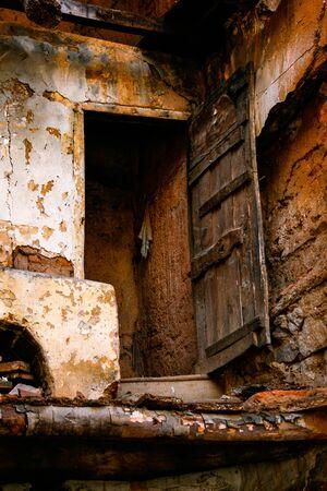 Open wooden door in a collapsed house Foto de archivo - 140117521