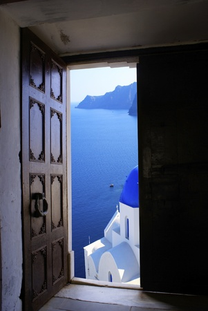 Old Byzantine door with a great view on Santorini island, Greece 스톡 사진