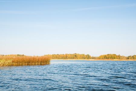 the sky clear: El otoño es el momento en el lago, norte de Rusia.
