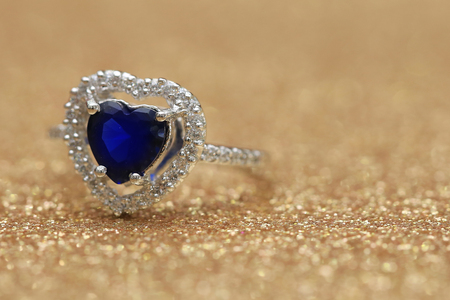 zafiro: ring blue gemstone heart,Love Valentine day Foto de archivo
