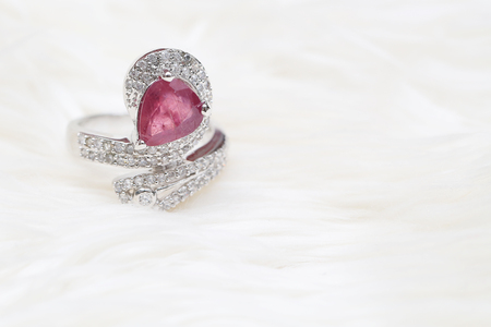 zafiro: pink gemstone on diamond ring