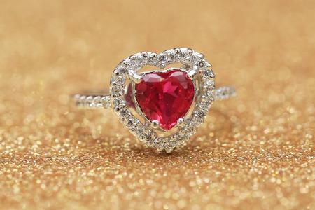 Pierre précieuse rouge sur la bague en diamant Banque d'images - 88973428