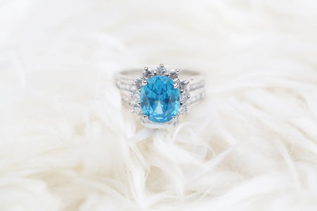 diamond ring and blue gemstone 免版税图像
