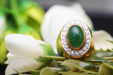 Jadeit na złotym pierścionku z brylantem Zdjęcie Seryjne