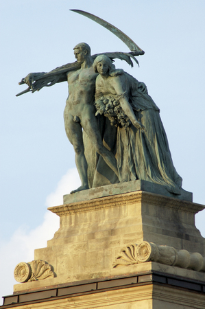 hungarian: Heroes Square has statues Representing the founders of the Hungarian nation over 1100 years ago. HÅsök tere (meaning Heroes Square in Hungarian) is one of the major squares of Budapest, Hungary, rich with historic and political connotations. It lies