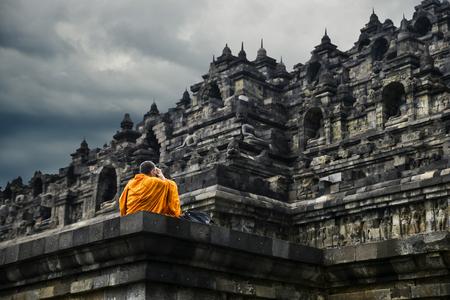 Buddhistischer Mönch beten am Borobudur-Tempel, Yogyakarta Standard-Bild - 81590588