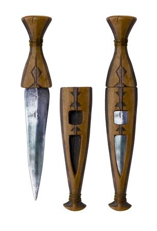 cuchillo: Aislado Daga africano primitivo tradicional con diseños tribales tallados en mango de madera y funda. En el fondo blanco