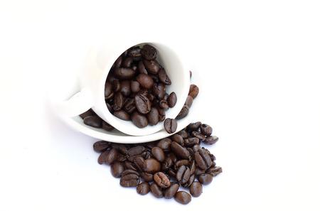 白コーヒー カップでコーヒー豆