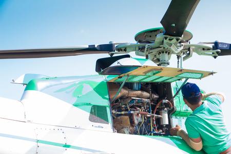 ヘリコプター エンジンを維持するエンジニア 報道画像