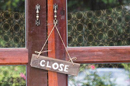 cerrar la puerta: Muestra de la puerta de madera Cerrar Abrir