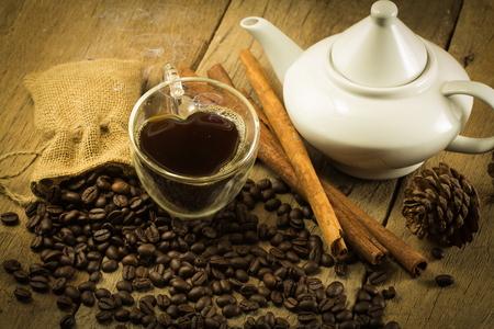 ハート形のカップ、ティーポット、木製のコーヒー豆、麻の袋には、背景、静物、ヴィンテージ 写真素材 - 51125512