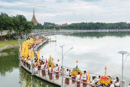 コンケン, タイ - 10 月 6 日: 正体不明の人々 は Kaennakhon 湖橋で僧侶に食べ物を与えます。タイ古式、人々 を作るメリットが食品僧侶に 2017 年 10 月 6 日コンケンで 写真素材 - 89897926
