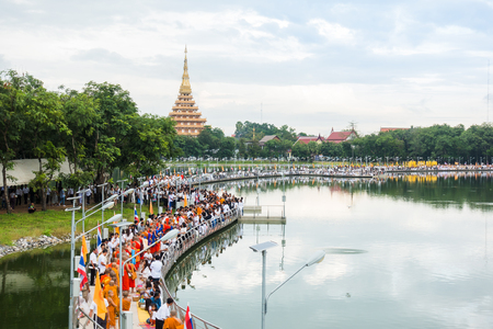 コンケン, タイ - 10 月 6 日: 正体不明の人々 は Kaennakhon 湖橋で僧侶に食べ物を与えます。タイ古式、人々 を作るメリットが食品僧侶に 2017 年 10 月 6 日コンケンで 写真素材 - 89897927