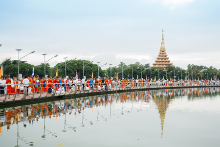 KHONKAEN, THAILAND - OCTOBER 6 : An unidentified people gives food to a monk at Kaennakhon lake bridge.Thai traditional, people will make merit making by give food to monk on October 6, 2017 in Khonkaen 報道画像