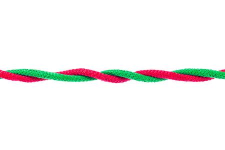 クリッピング パスを持つ白い背景に結ばれる赤と緑の文字列を分離します。