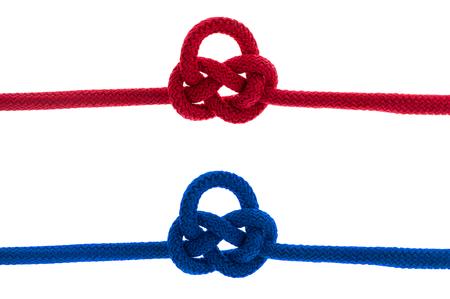 クリッピング パスを持つ白い背景に結ばれた赤い糸を分離します。 写真素材