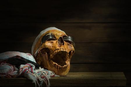 ハロウィーン頭蓋とフォーク、木製のスティル ・ ライフ スタイルによって作られた眼鏡 写真素材 - 88294856