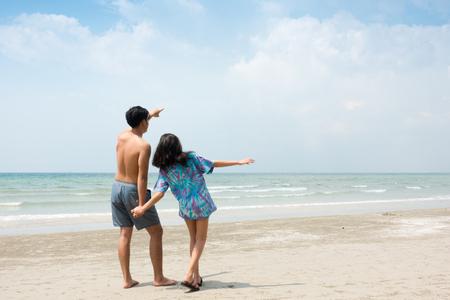 恋に若いカップル、ビーチで一緒に遊んで 写真素材 - 88993178