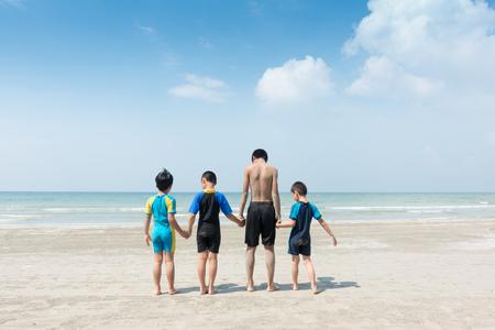 4 人の子供は、ビーチに座って。