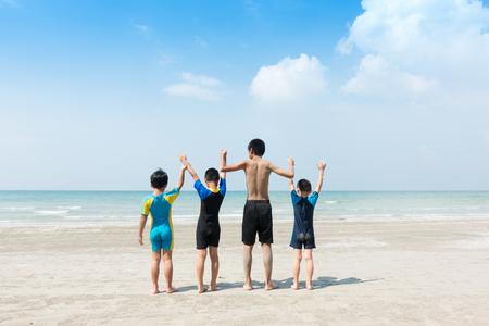 4人の子供がビーチに座っている。 写真素材 - 88894969