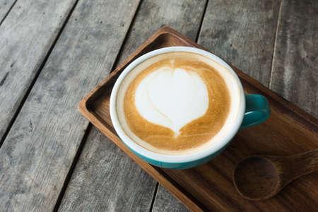 木製のテーブルの上のコーヒーカップ
