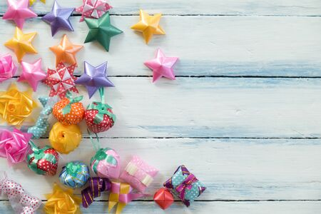 古い木製の背景に星の贈り物と装飾