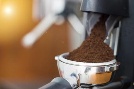 焼きたての豆を粉末に粉砕するコーヒーグラインダー 写真素材 - 102334885