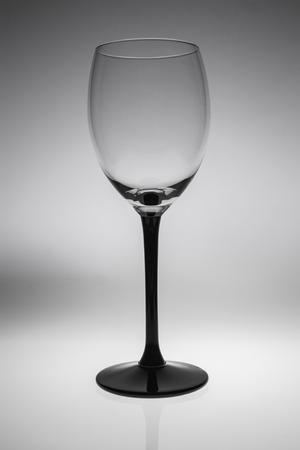 copa de vino: Copa de vino vac?a. aislado en un fondo blanco