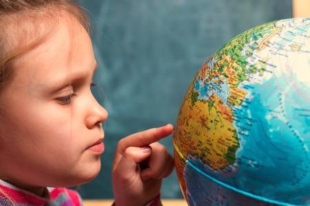 少女 - 世界教育委員会背景世界近くの地理の授業で 7 歳の子供 写真素材 - 71241543