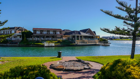 adelaide: cozy home on the banks of the channel in the center of Adelaide, South Australia