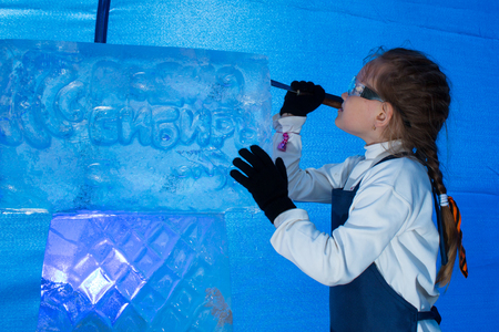 cognicion: Girl of seven years in the master class on ice sculpture Foto de archivo