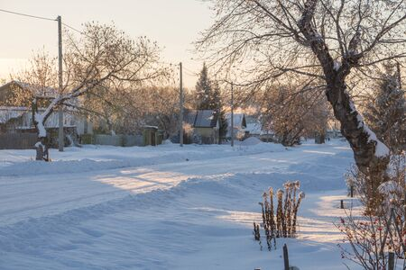 The main street of a Russian village in winter at sunset in freezing weather 版權商用圖片