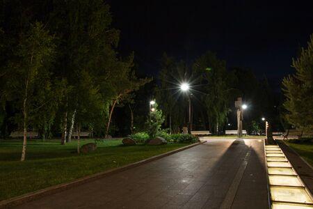 Paisaje de la noche del parque de la ciudad en el verano sin gente.